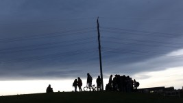 """A summer crowd gathers on """"Stoner Hill,"""" also known as Overlook Hill, in Commons Park. (Andrew Kenney / Denverite)"""