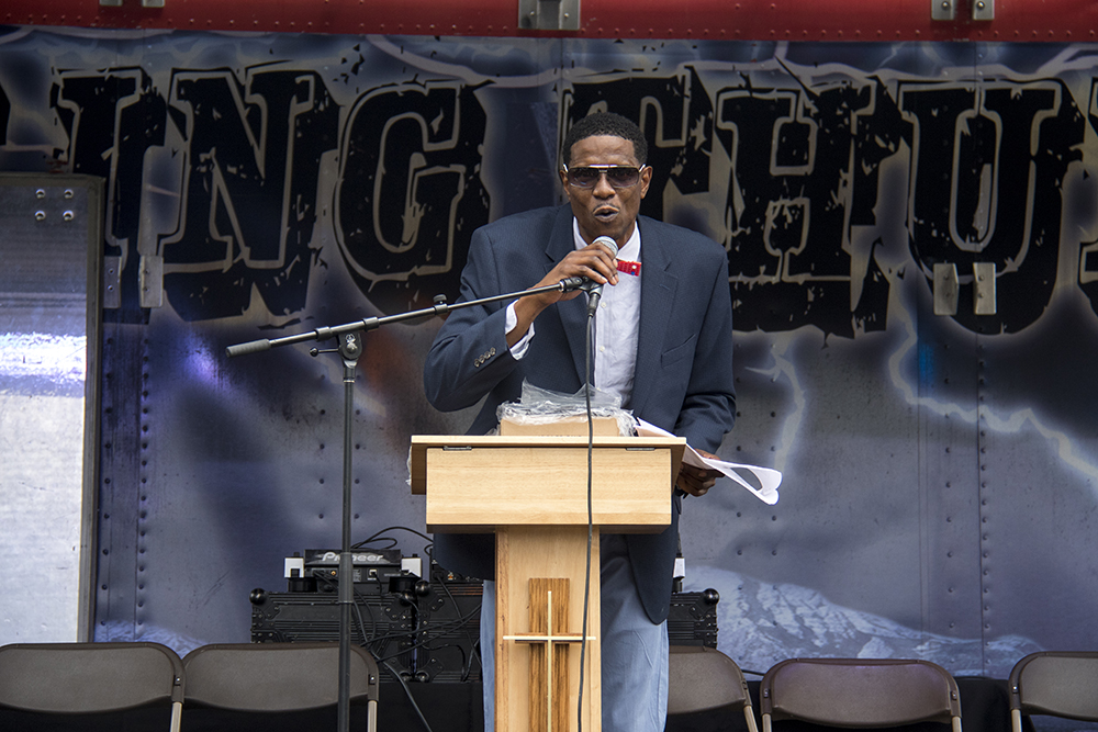 "Norman Harris III beckons audiences to wat1ch ""dream big"" honorees accept awards. Juneteenth in Five Points, June 17, 2017. (Kevin J. Beaty/Denverite)"