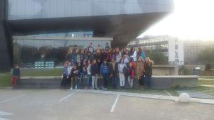 Foto de grupo en la entrada del CaixaForum