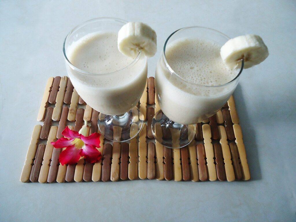 beneficios del licuado de banana con leche