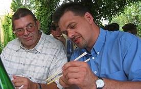 Even uitleggen aan mijn schoonbroer hoe je met stokjes eet (2003)
