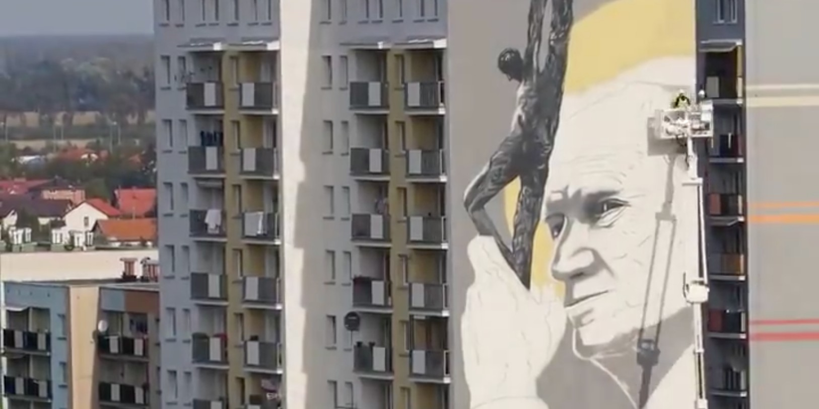 Pologne : un street-artist peint une fresque de Jean Paul II haute de 30 mètres