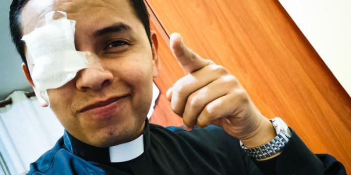 Le père Ramos a perdu la vue mais certainement pas la foi