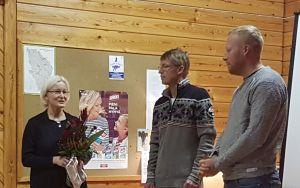 Kunniapuheenjohtajiksi nimitettiin Arja Makkonen (kuvassa) ja Pertti Ahtiainen. Uusi puheenjohtaja Jussi Silvennoinen ja kuusi vuotta puheenjohtajana toiminut Veli-Matti Lonka kukitettiin myöhemmin.