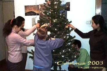 2003Xmas-23-tree-decorating_j8