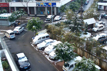 """Still """"open"""" for business: year-round, Kunming buildings don't have heat or A/C; in fact, businesses always keep their doors open (even when it is snowing) to show that shoppers are welcome!"""