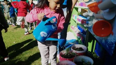 Más de 2.000 niños regalan flores a sus madres y aprenden a cuidar el agua