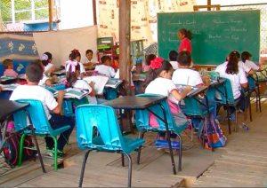 Alumnos de Acapulco estudian en cancha de fútbol