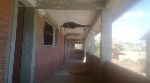 Estudiantes de Villa Urkupiña pasan clases en aulas que se caen