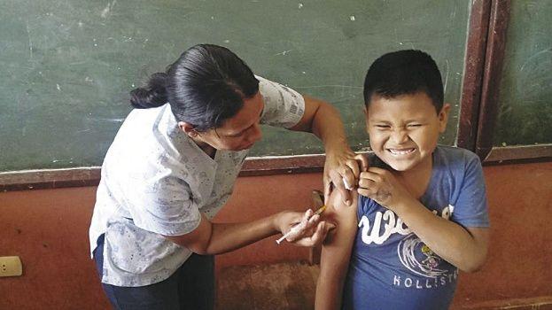 Vacunan contra la fiebre amarilla a estudiantes
