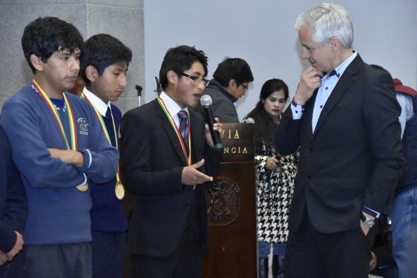 Vencedores de Mundial de Robótica reciben galardón