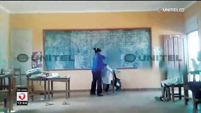 Educación suspende de sus funciones a maestra que agredió a estudiante