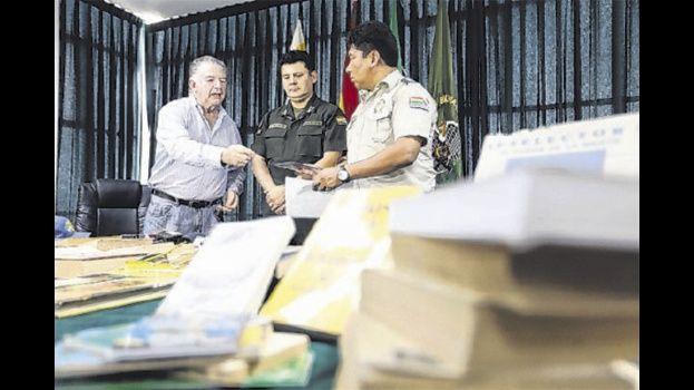 Jubilado dona su biblioteca personal a reos de Palmasola