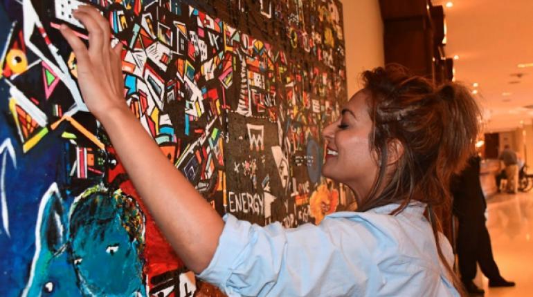 Una artista crea pinturas para personas ciegas