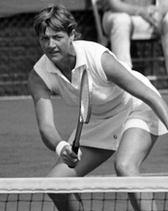 Margaret_Court_at_the_net_1970