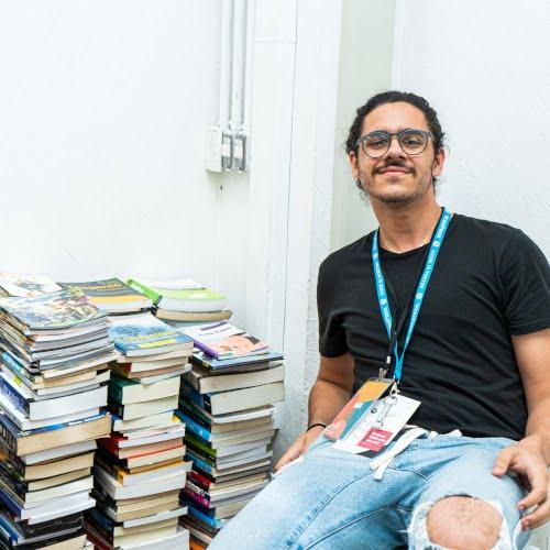 No WordCamp São Paulo 2019, voluntário recebe doações de livros para a Bienal da Quebrada/Reprodução