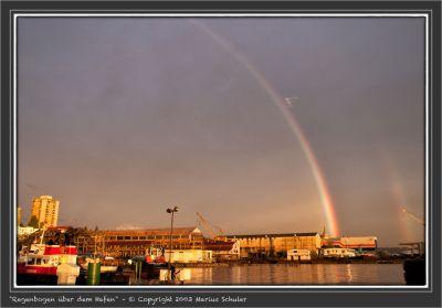 Regenbogen über dem Hafen
