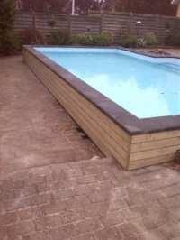 Delvis fritstående støbt pool