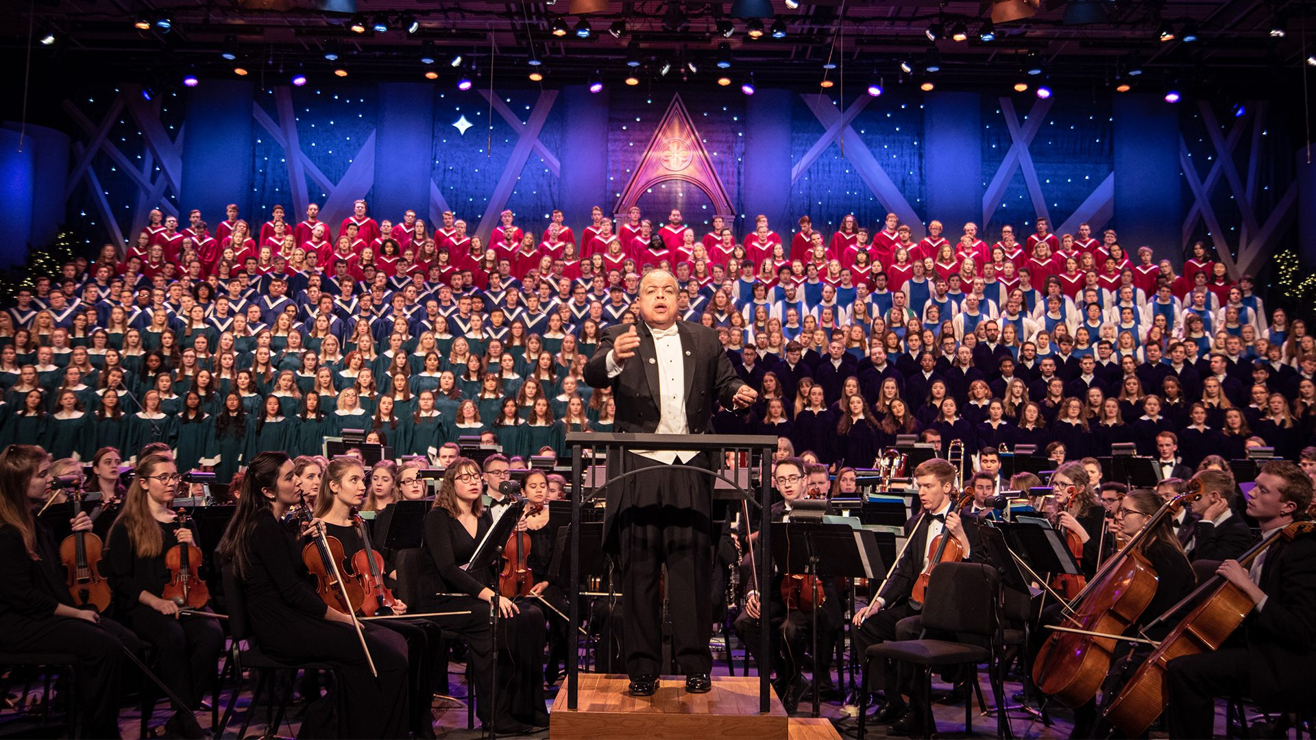 Anton Armstrong '78 conducting the massed choirs and St. Olaf Orchestra during the 2019 St. Olaf Christmas Festival.