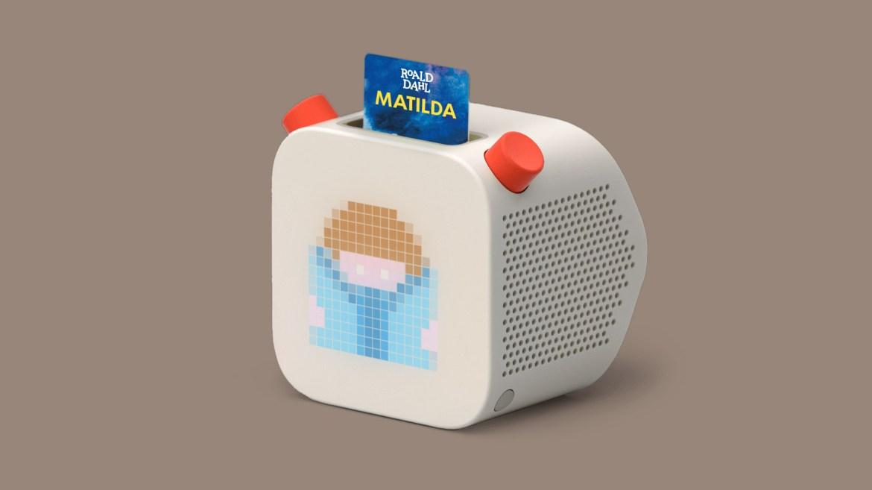 imagen de una caja de radio blanca con una ranura insertada que dice dispositivo de audio matilda yoto para niños