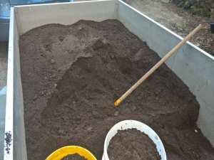 Mutterboden oder Erdaushub ohne Dünger ist ein idealer Bodenbelag in einer Wildvogelvoliere, © Anke Dornbach