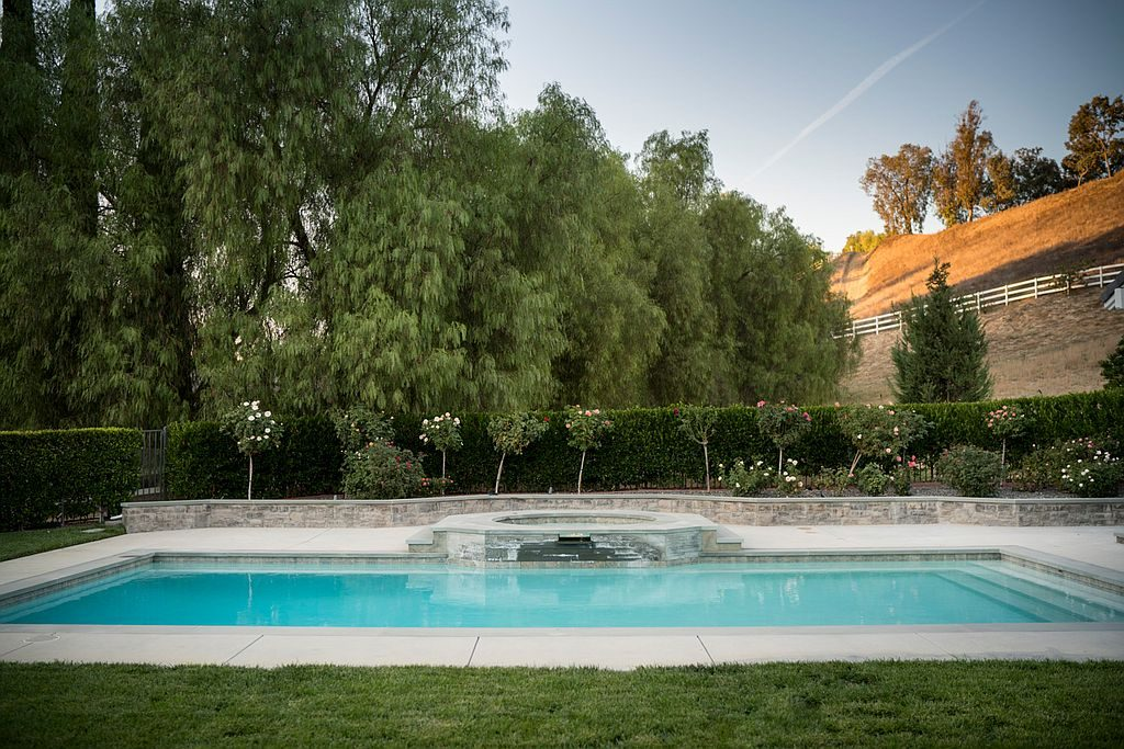 kylie-jenner16-pool