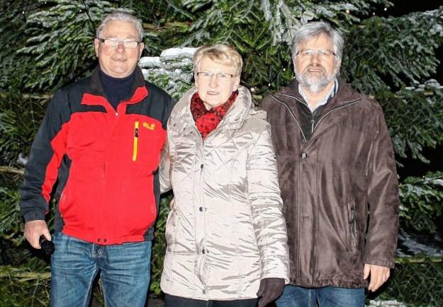 Bereits zum sechsten Mal wurde der Weihnachtsbaum der Gemeinde amerikanisch versteigert. Zweiter Bürgermeister Franz Dinkel war Moderator der außergewöhnlichen Spendensammlung. Initiator Wolfgang Bötsch zeigte sich von der Zahl der Teilnehmer begeistert. Per Zuruf landeten... Foto: Wolfgang Sietz