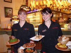 Nicht nur die Kellnerinnen Claudia (24, links) und Sophie (21) freuen sich über die erhaltene Auszeichnung.