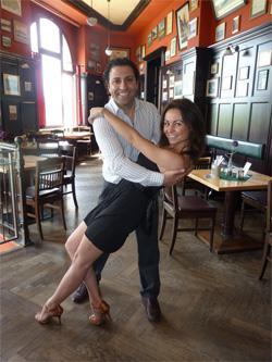 Organisator Mouhi Arabi mit Tanzpartnerin Jana (26) im Dresdner Ball- und Brauhaus Watzke