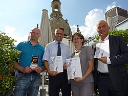 v.l.n.r. Servicestellen-Leiter Roland Hess, Jens Richter, Anke Herrmann und Christfried Drescher - Bildquelle: MEDIENKONTOR