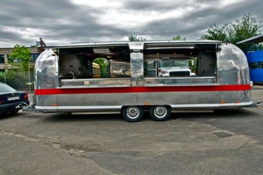 airstream-catering-us-wohnwagen-aluwohnwagen-blechwohnwagen-foto-event-messe-eventmobil-koeln12