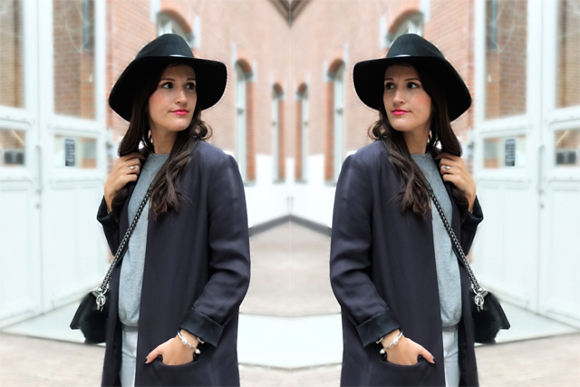 Blauer Longblazer, Chanel Boy Bag, Silberne Schnürschuhe, schwarze Fedora Hut