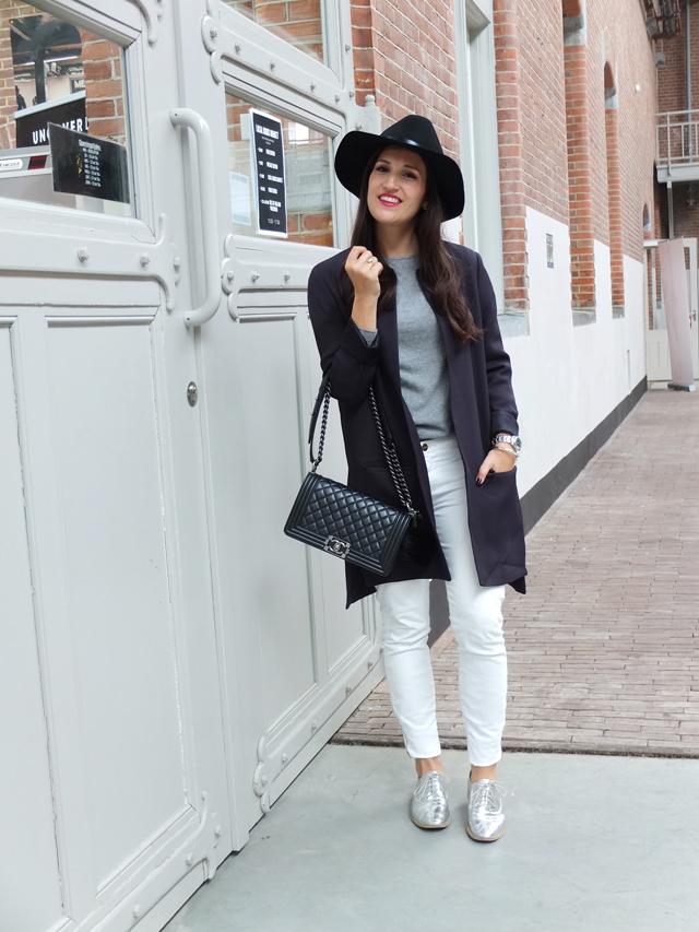 Blauer Longblazer, Weiße Skinny Jeans, Chanel Boy Bag, Silberne Schnürschuhe, schwarze Fedora Hut
