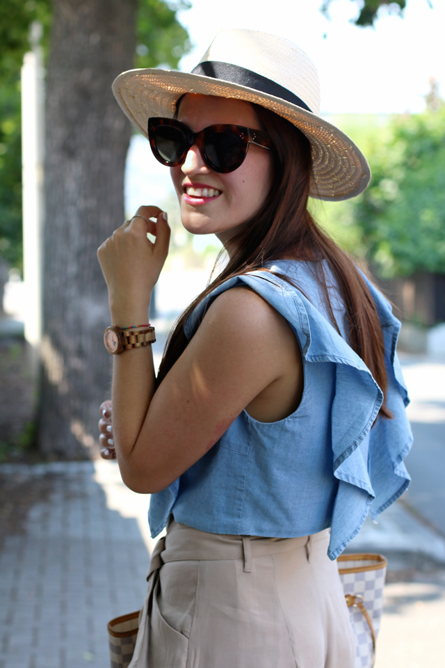 Jeans-Volanttop, blaues Jeanscroptop, braune Shorts, Strohhut, Panamahut, Louis Vuitton Neverfull, Celine Caty Sonnenbrille