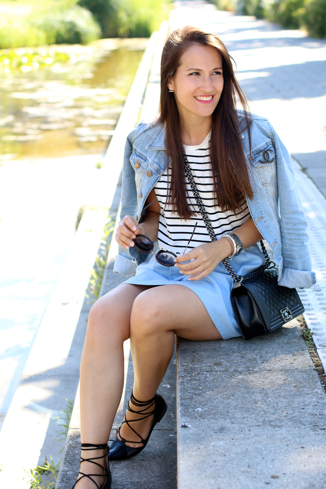 Jeansjacke mit Chanel Brosche, Lace Up Flats, Chanel Boy Bag, gestreiftes Croptop, gemütlich chicer Sommerlook