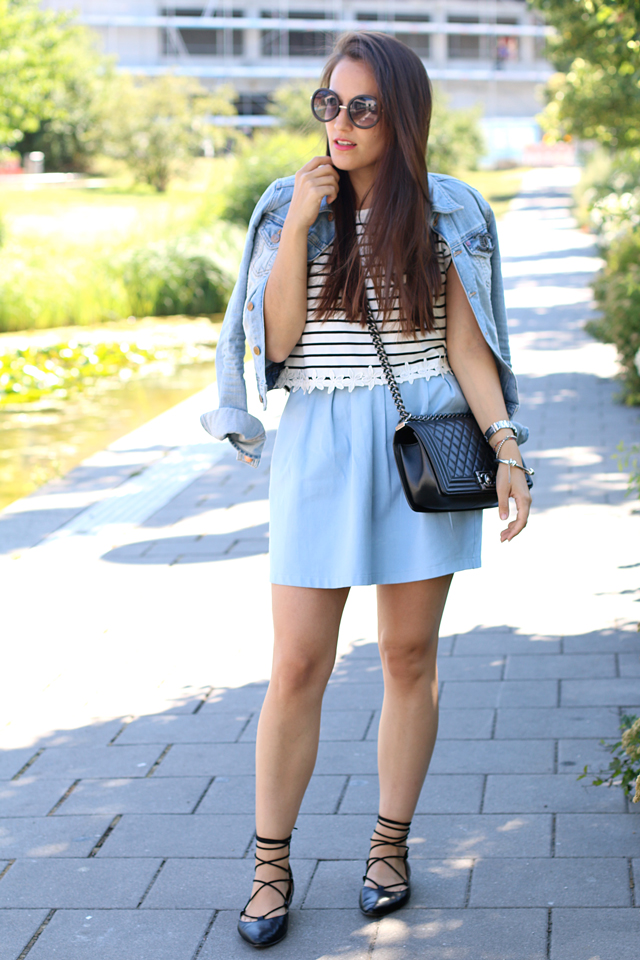 Jeansjackenlook, Outfit mit Jeansjacke, Jeansjacke mit Chanelbrosche, Lace Up Schuhe