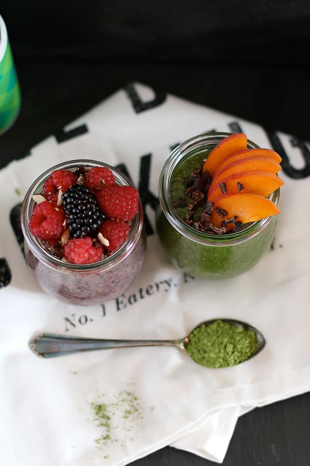 Matcha-Chia-Pudding mit Aprikosen und Kakaonibs, Brombeer-Chia-Pudding mit Himbeeren