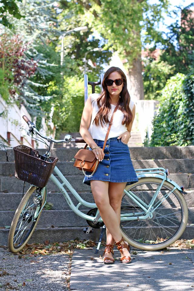 Jeansrock mit Knopfleiste, Jeansminirock, Gladiatorensandalen, Chloe Faye Lookalike, Outfit mit Vintagefahrrad, Outfit mit Fahrrad, Sommerlook mit Fahrrad, 70er Jahre Look