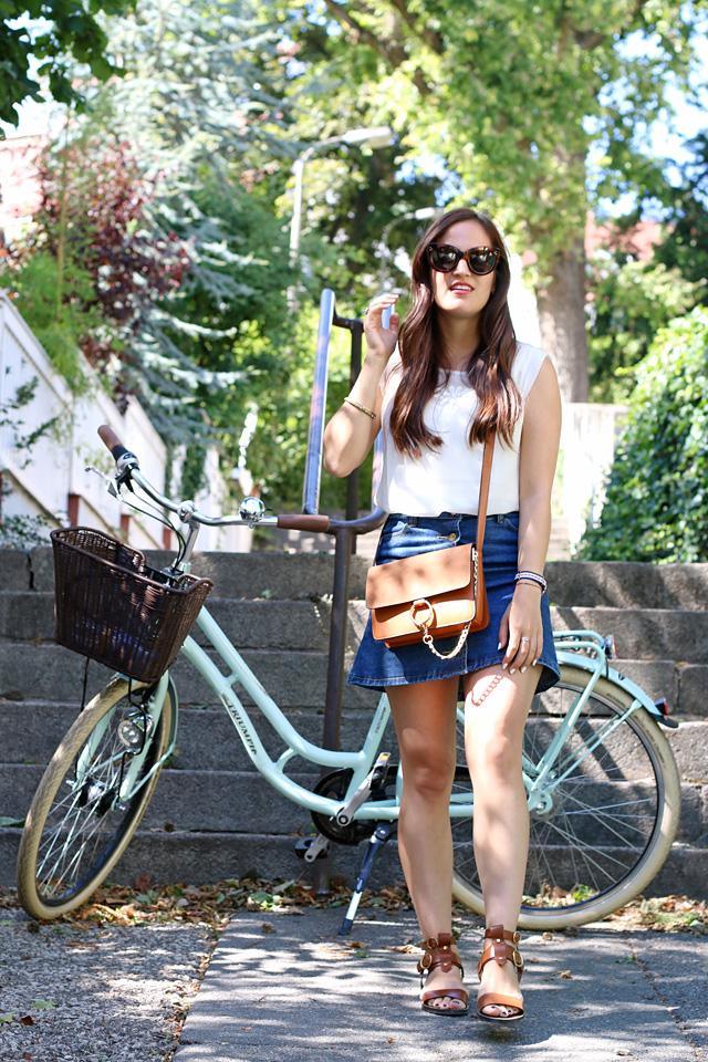 Jeansrock mit Knopfleiste, Jeansminirock, Gladiatorensandalen, Chloe Faye Lookalike, Outfit mit Vintagefahrrad, Outfit mit Fahrrad, Sommerlook mit Fahrrad, Celine Caty Sonnenbrille
