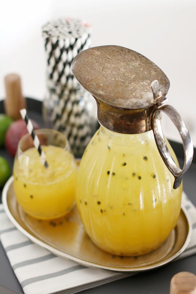 Rezept Maracujalimonade, Selbstgemachte Maracujalimonade, Maracujalimo, Antiker Glaskrug, Krug mit Bauernsilber, gestreifte Strohhalme, gestreifte Papierstrohhalme