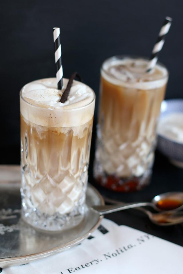 Vanilla Iced Coffee, Eiskaffee mit Espresso, Rezept Vanilla Latte, Rezept Vanilla Iced Coffee, Rezept Iced Coffee, Kaffee in Kristallgläsern, schwarz weiße Paierstrohhalme, Vanillesirup selbermachen, Rezept Vanillesirup, Foodblogger Nürnberg, Foodfotografie Nürnberg