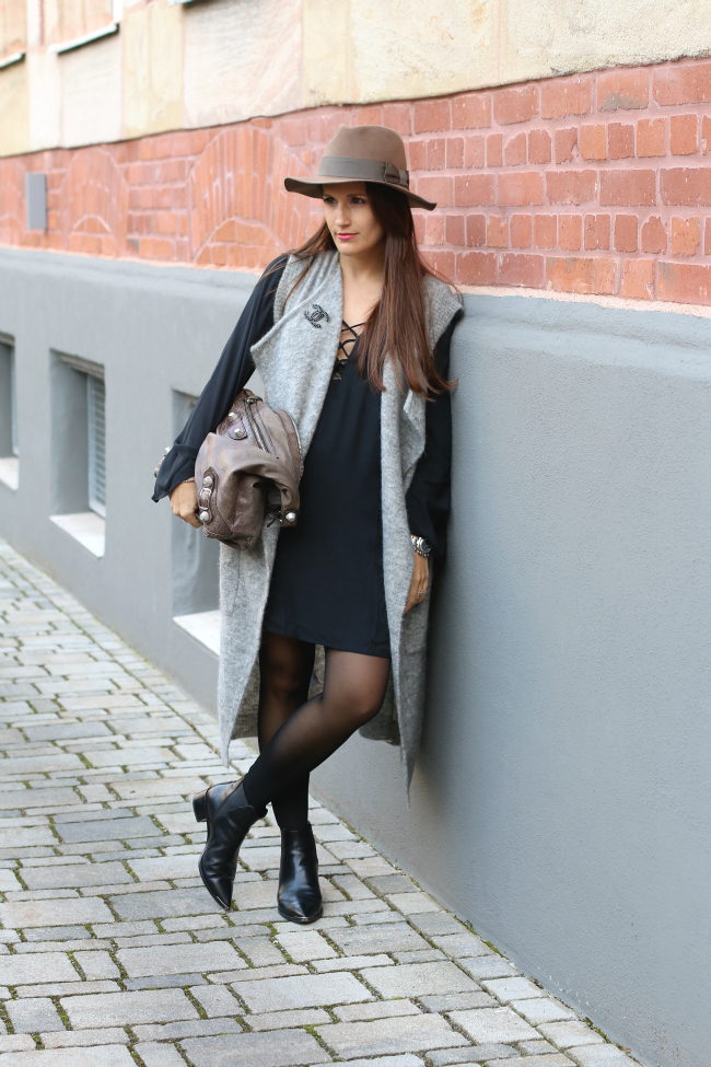 Herbstoutfit mit Wollweste, Schwarzes Lace Up Kleid, Edited Wollweste, Herbstoutfit mit Hut, Acne Jensen Boots, Balenciaga Classic Day Tasche, Steson Hut, Lange Wollweste kombinieren, Fashionblog Nürnberg, Fashionblog Schwabach, Fashionblogger Schwabach, Pieces of Mariposa, Streetstyle Nürnberg
