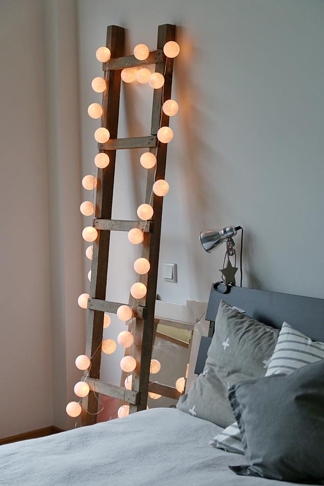 Holzleiter mit Lichterkette, Dekoleiter Kugellichterkette, Dekoholzleiter Cotton Balls Lichterkette