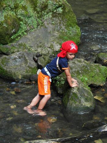 Junge-im-Fluss