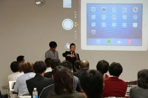 iPadのアクセシビリティ機能を説明する様子
