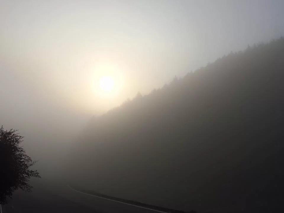 朝霧深い実家の近所