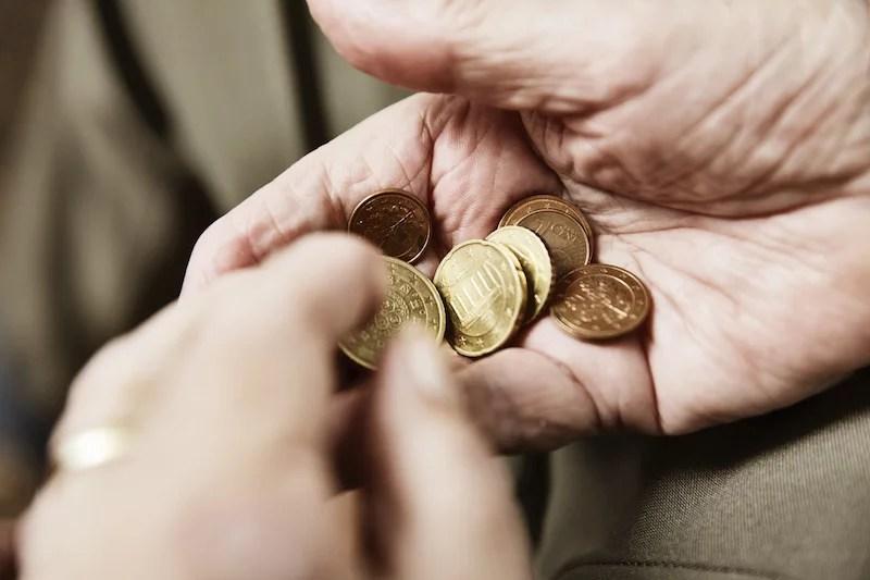 手のひらの中で小銭を数える様子