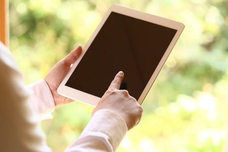 iPadを操作する様子のイメージ