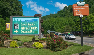 Sign pointing the way to The Glades Arts and Crafts Community