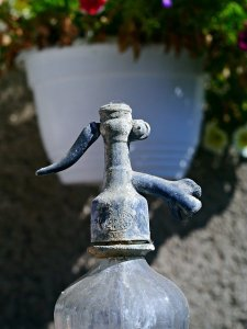 An image of an old soda siphon or siphoid.
